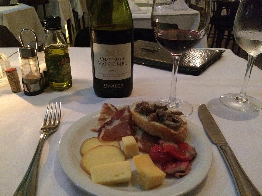 Chateau de Valcombe com prato de queijos e frios