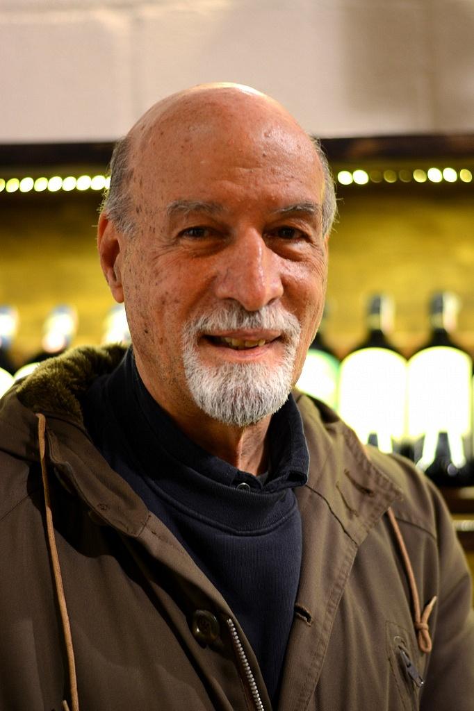 Cornelio Ridel em sua loja de vinhos