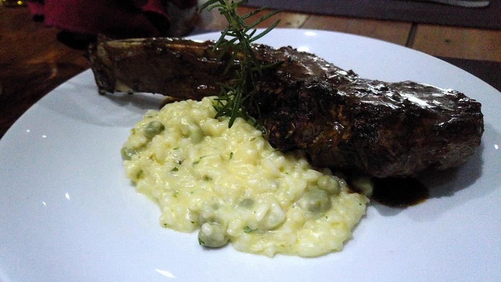 Prime Rib Angus ao Molho do Chef, acompanhado de Risoto de Favas Verdes, do restaurante Grand Cru Moema