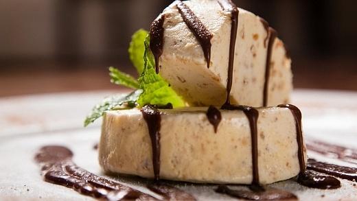 Semifreddo ao crocante com calda de chocolate do restaurante Fratelli, Rio de Janeiro
