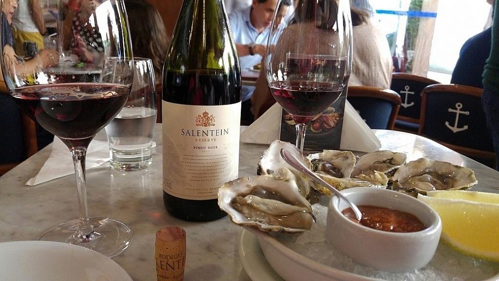 Pinot Noir Salentein Reserva com ostras frescas, restaurante Rufinos, São Paulo (SP)