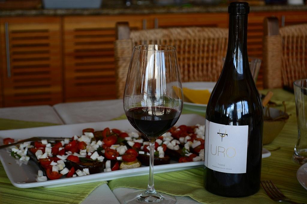 Vinho espanhol Terra d'Uro com salada de berinjela